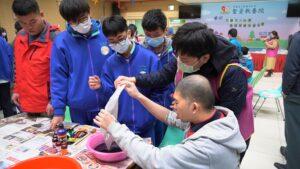 圓緣志工陪著憨兒與學生做水畫