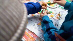 學生與老憨兒一起合力作畫