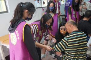 小志工們正在幫院生們打扮