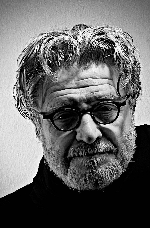 <br>Wolfgang Franßen wurde in Aachen geboren. Er inszenierte 22 Jahre am Theater, neben Shakespeare und Büchner auch zeitgenössische Autoren wie Heiner Müller und Thomas Brasch. Sein Stück »Hasenclever« wurde 1993 im Ludwig Forum für Internationale Kunst in Aachen uraufgeführt. Weil er das Gefühl hatte, auf der Bühne alles erzählt zu haben, wandte er sich dem Verlegen zu und gründete 2014 in Hamburg den Polar Verlag. Autoren und Autorinnen, die abseits des Mainstreams Geschichten erzählen, in denen die Sieger von den Verlierern kaum zu unterscheiden sind, haben ihn stets fasziniert. Mado ist sein erster Roman.