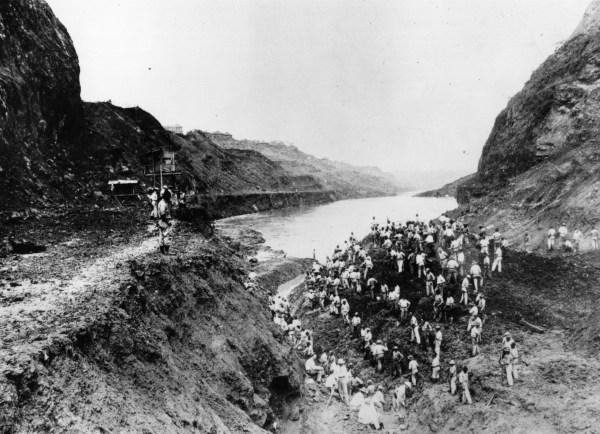 Digging Panama Canal 1914