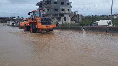 العمل على فتح الطرقات التي تعرضت لاختناقات مرورية نتيجة الهطولات المطرية الغزيرة بطرطوس