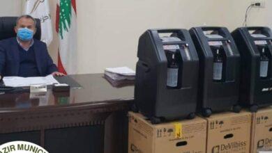 رئيس بلدية كفرحزير يتسلم 3 أجهزة تنفس إصطناعي ويضعها بتصرف الاهالي