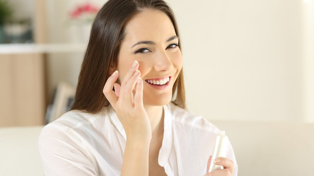 Read more about the article 7 Easy Tips to Take Care of Dry Skin Naturally in Winter