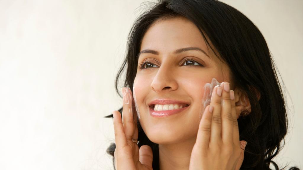 सूखी त्वचा के लिए मॉइस्चराइज़र के रूप में कच्चा दूध