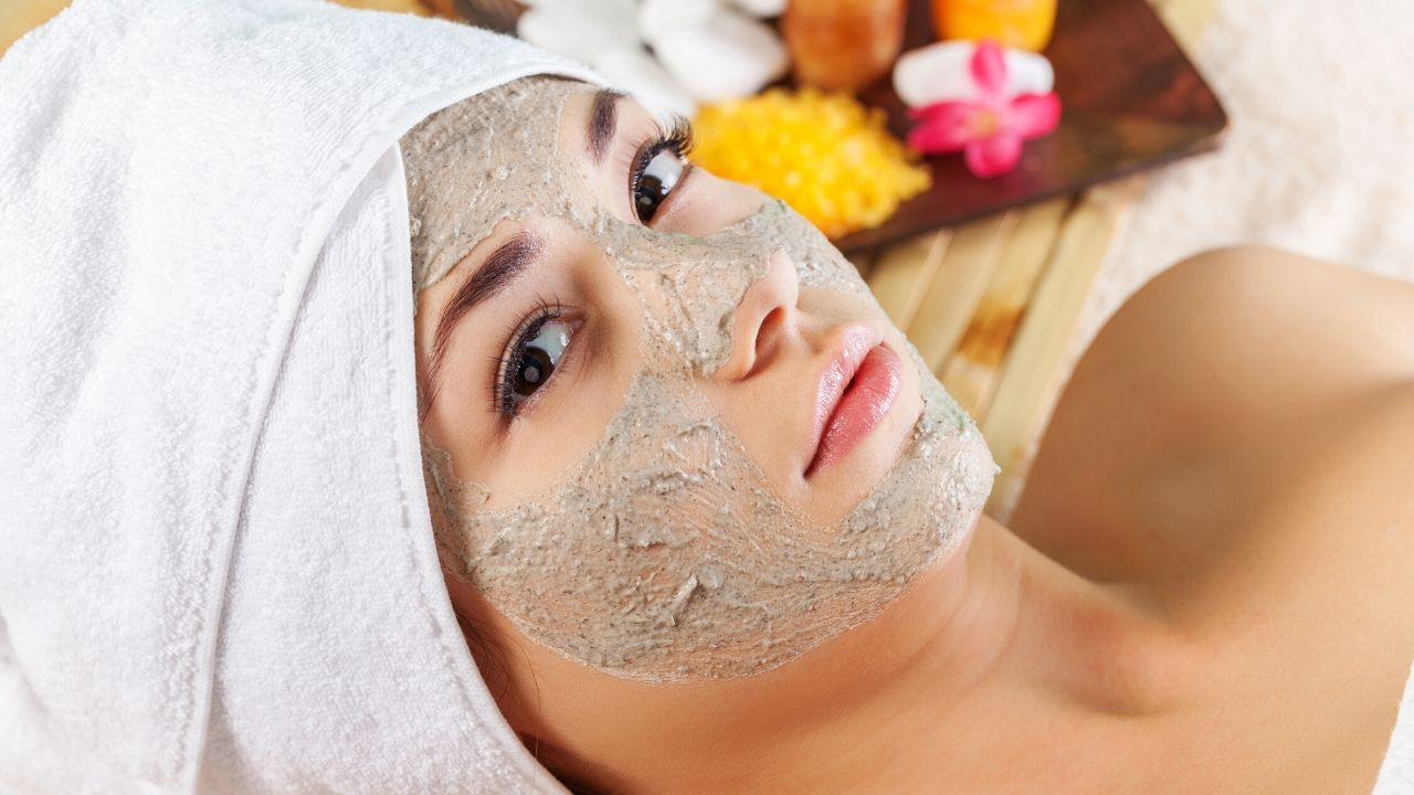 Read more about the article Multani Mitti Benefits For Face: 7 Multani Mitti Face Packs