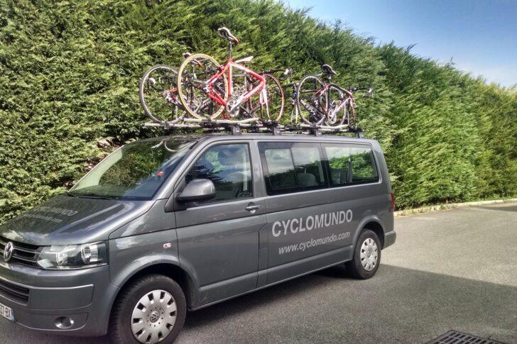 Uma de nossas vans de apoio carregadas com bicicletas prontas para serem entregues em sua acomodação