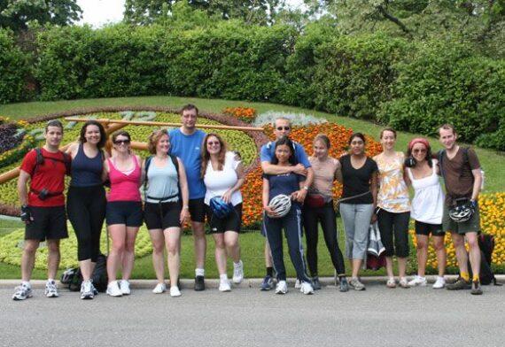 Photo groupe à l'horloge de fleur