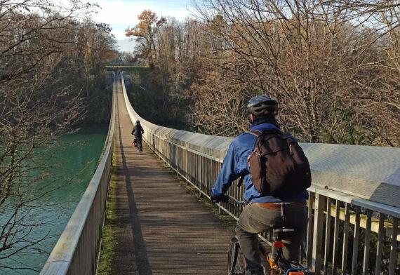 A proximité du centre de Genève, passage de la passerelle du Lignon à vélo.