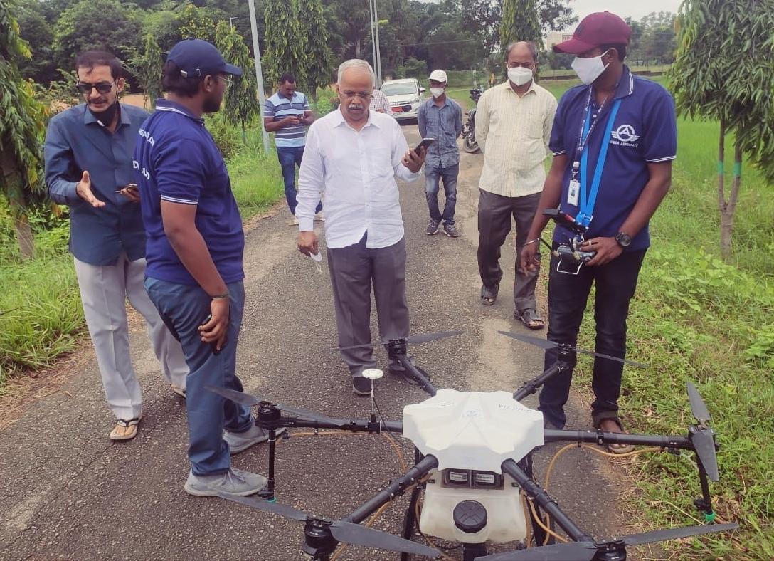 बीएयू में ड्रोन से फसल पर कीटनाशी छिड़काव का प्रदर्शन