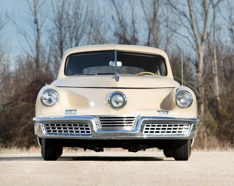 The car included innovative features including a distinctive central headlamp, which marked it out from other designs of the era