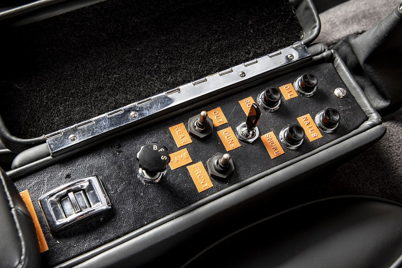 The DB5 comes equipped with its original working gadgets.