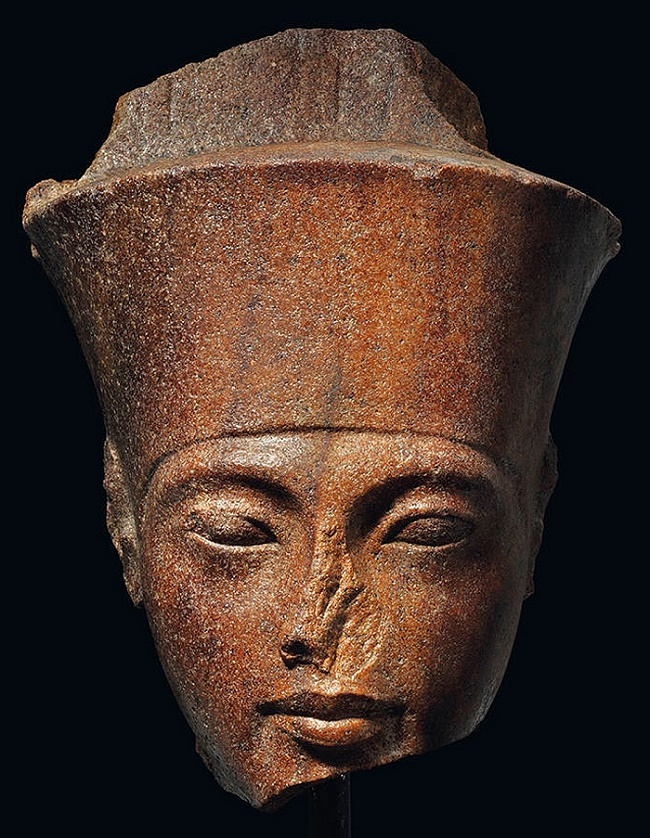The sculpture is of the 'Armana' style, a naturalistic style used by Ancient Egyptian craftsmen which is highly sought-after by modern collectors