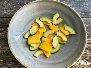 Mango Avocado Salat mit Reh - Anrichten