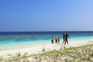 Olive Ridley Project and Coco guests looking for ghost nets in Maldives