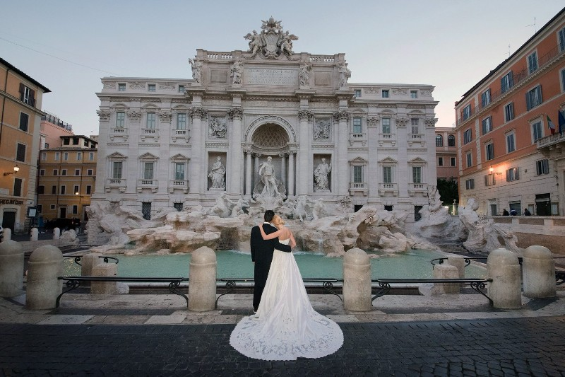 Couple-at-Trevi-Fountain