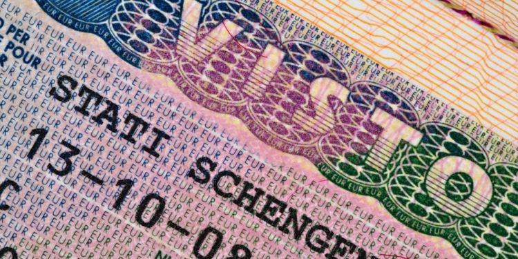 WHO IS ELIGIBLE FOR A LONG TERM RESIDENCY PERMIT IN THE EU? 8