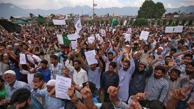 Indian authorities begin easing clampdown in parts of Kashmir