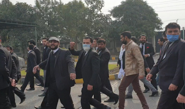Pakistan: Licences of 21 lawyers suspended over attack on IHC