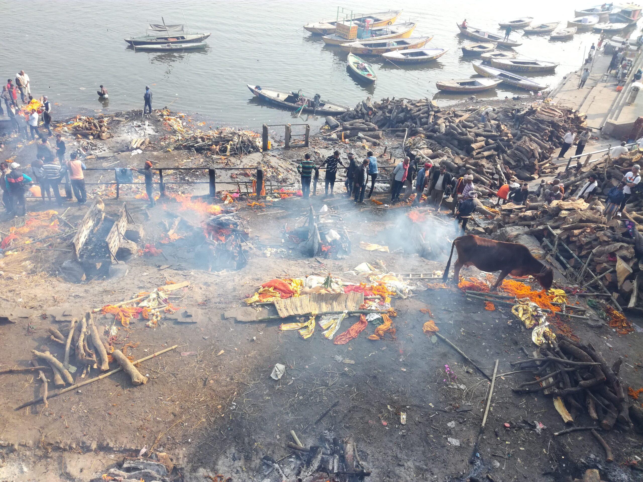 Assistere ad un rito di cremazione sul Gange