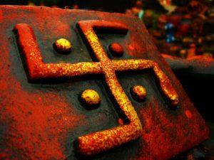 कितना प्राचीन है पवित्र स्वास्तिक चिह्न, क्या भारत के अलावा अन्य देशों में भी इसे पूजा जाता है ? जानिए इसका संक्षिप्त इतिहास !