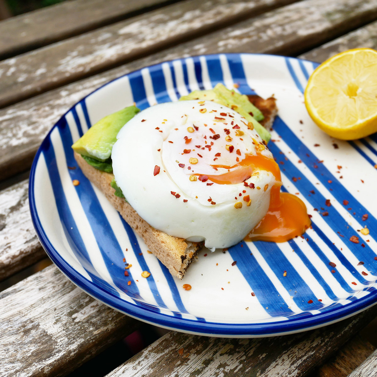 day-mikkelsen-home-blue-striped-plate-with-eggs