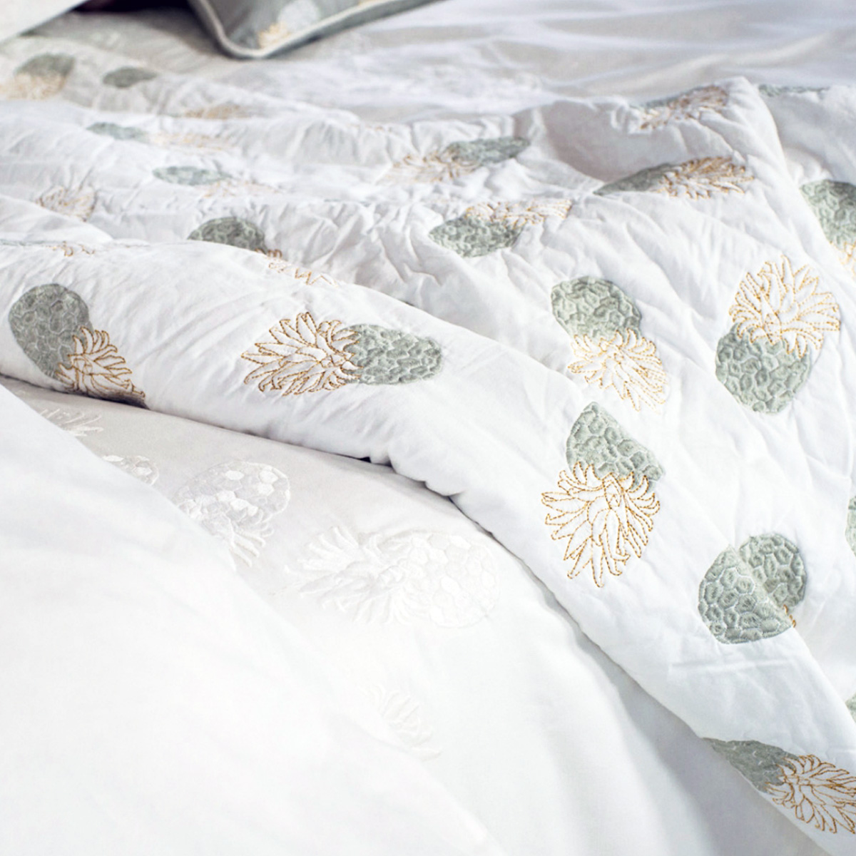 elizabeth-scarlett-pineapple-embroided-bedspread