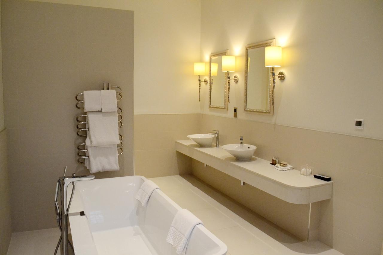 storrs halls bowness windermere executive suite room bedroom bathroom