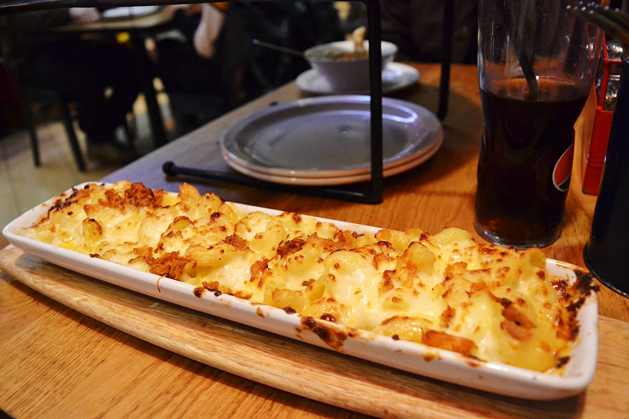 pasta hut pizza macaroni cheese