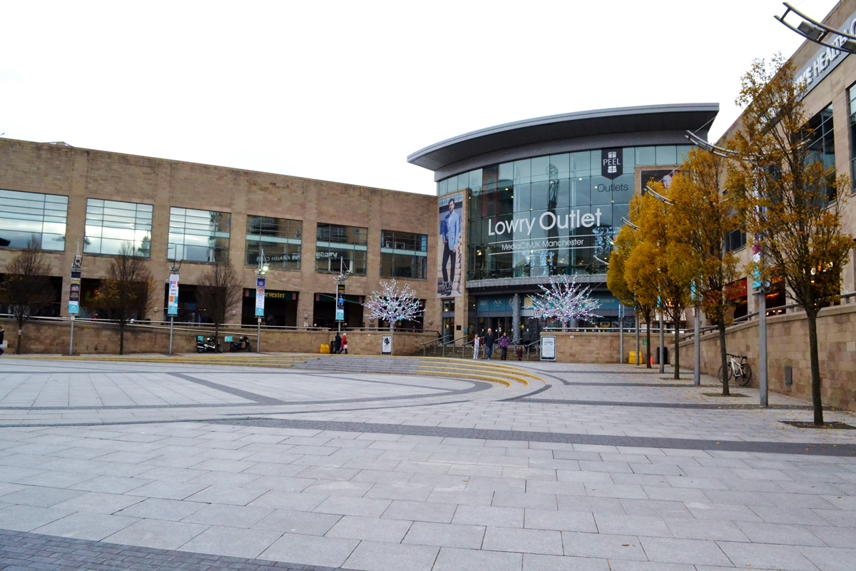 lowry outlet mall manchester salford quays shopping centre