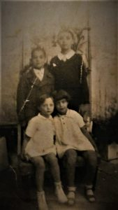 מימין לשמאל עומדים - יוסי וצביקו בני רפאל עבו, יושבות: ג'ולי וגלילה בנות מרגלית עבו בן אורי