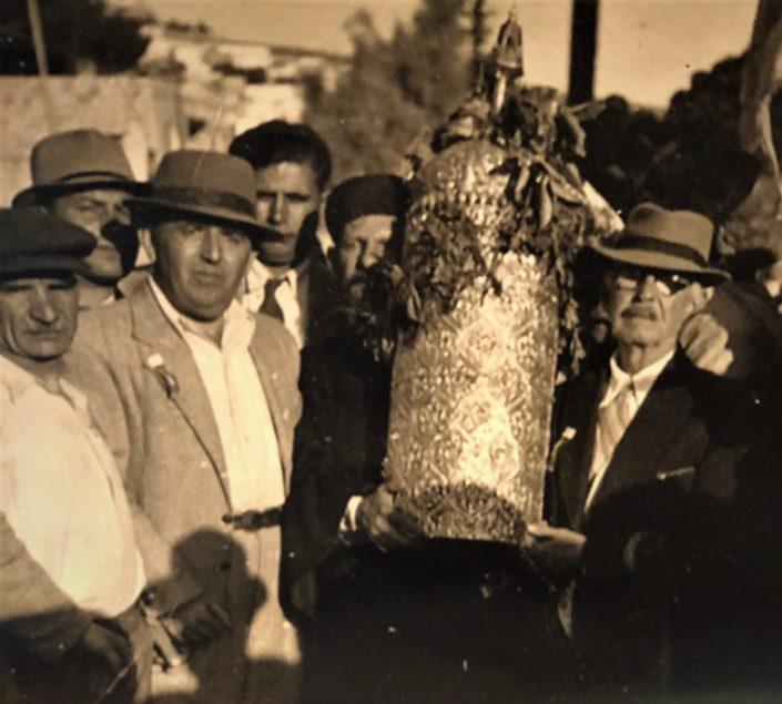 1933 מאיר עבו ובנו ורפאל - מובילי המסורת בדור השלישי והרביעי. עם התרבוש השחור - הרב הראשי הספרדי הראשון לישראל -בן-ציון מאיר חי עוזיאל.