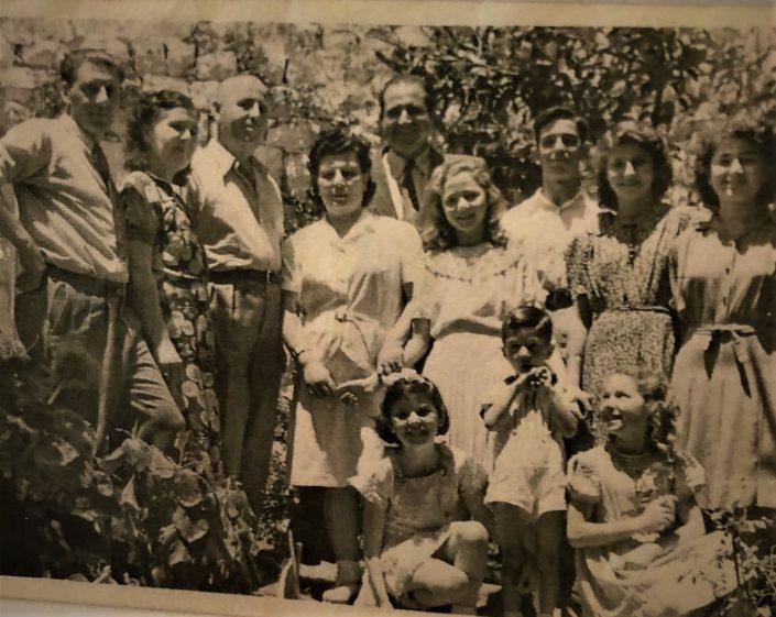 1941 - משמאל לימין פסח ומרגלית בן אורי, רפאל עבו ולורה, בן ציון כהן, גלילה, צביקו, ג'ולי, שולה מטבריה הנכדה של משה עבו, יושבים משמאל לימין עצמונה, צופיה ושלומ