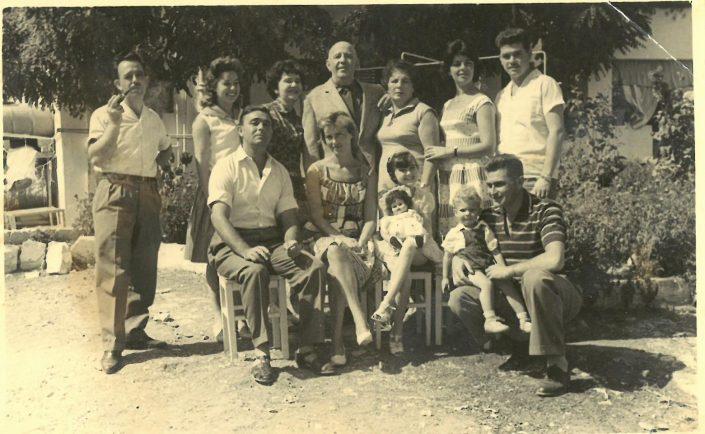 במרכז רפאל ולורה עבו, אחותו מרגלית וצאצאיהם, הבית בכנען, סוכות 1960