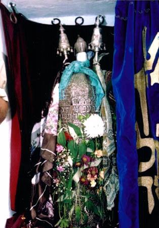 ספר התורה המסורתי בארון הקודש בבית עבו
