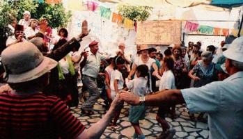 שירים וריקודים בחצר בית עבו, 1989