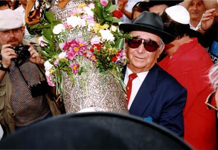 """יוסף עבו-עברון עם ספר התורה ל""""ג בעומר 1999"""