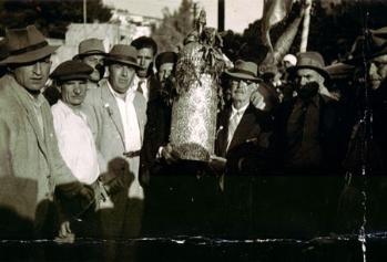 מאיר עבו הדור השלישי למסורת, נושא את ספר התורה, משמאל בנו רפאל (דור רביעי), 1933