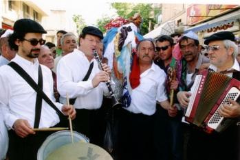 """להקת הכליזמר של שמואל אחיעזר (קלרינט) בראש התהלוכה המסורתית, 2004 תשס""""ד"""