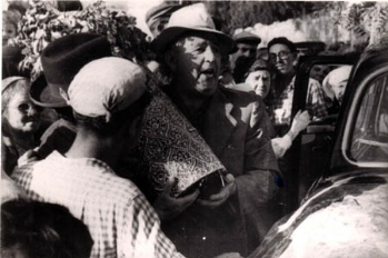 """רפאל עבו עם ספר התורה בל""""ג בעומר 1963, השנה האחרונה לפני פטירתו"""