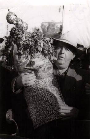 """רפאל עבו - הדור הרביעי למסורת - נושא את ספר התורה בערב ל""""ג בעומר 1950"""