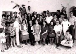 תמונה משפחתית, במרכז יעקב חי ורעייתו קלייר
