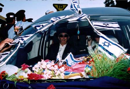 יוסף עבו עברון, במכונית המקושטת המובילה את ספר התורה למירון.