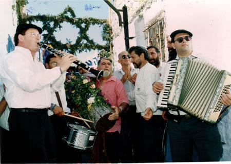 נגן הקלרינט שמואל אחיעזר ותזמורתו.