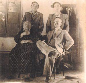 מאיר עבו ורעייתו רחל, מאחוריהם שני הנכדים יוסף עבו וזאב כהן ז
