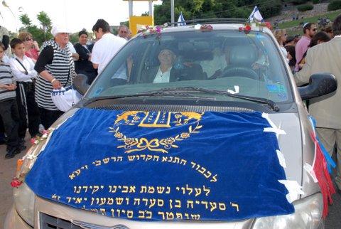 יוסף עבו עברון, דור חמישי למסורת, במכונית החגיגית המובילה את ספר התורה מצפת למירון