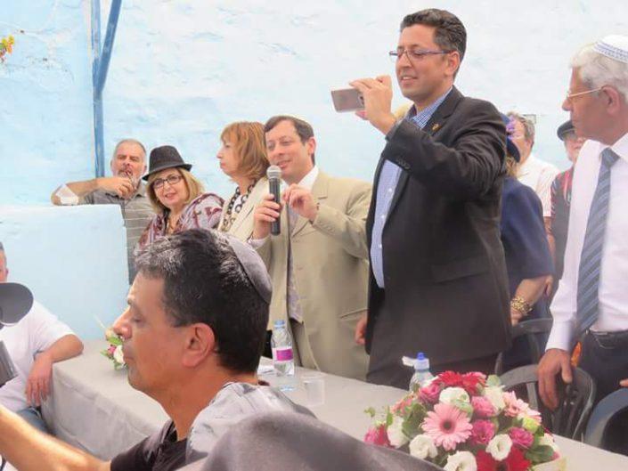 בימת הנואמים.מימין לשמאל- עמוס צוריאל, ראש המועצה הדתית באריאל, אילן שוחט ראש העיר שלא מפסיק לצלם בהתלהבות, רפי עבו מנהל הטקס, קונסולית צרפת בחיפה, קתרין קרוניה ולידה המתורגמנית ממשפחת עבו- אלין סוויסה