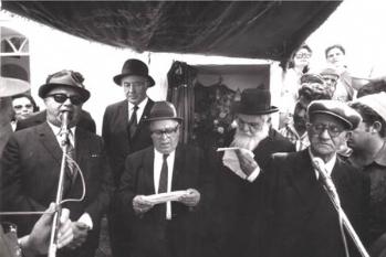 1972, הרב רפאל עבו אוחז בספר התורה, לצדו יוסף בן רפאל עבו דור חמישי לממשיכי המסורת.