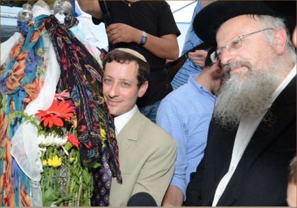 רפאל עבו ממשיך המסורת בדור השישי, עם ספר התורה העתיק והרב שמואל אליהו רבה של צפת