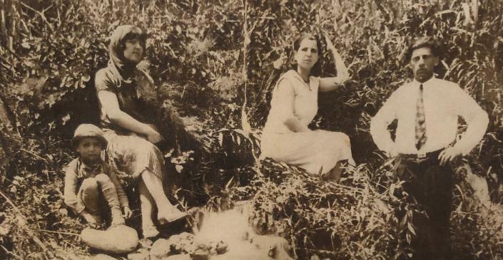 1928 - משמאל לימין - הילד יוסי עבו, מרגלית עבו בן אורי, דודה אסתר אחותה, פסח בן אורי, המעין המתוק, ואדי צפת